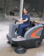 扬子S6敞篷中型驾驶扫地车交付