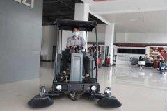 炎热天气,环卫工人使用的驾驶型扫地车